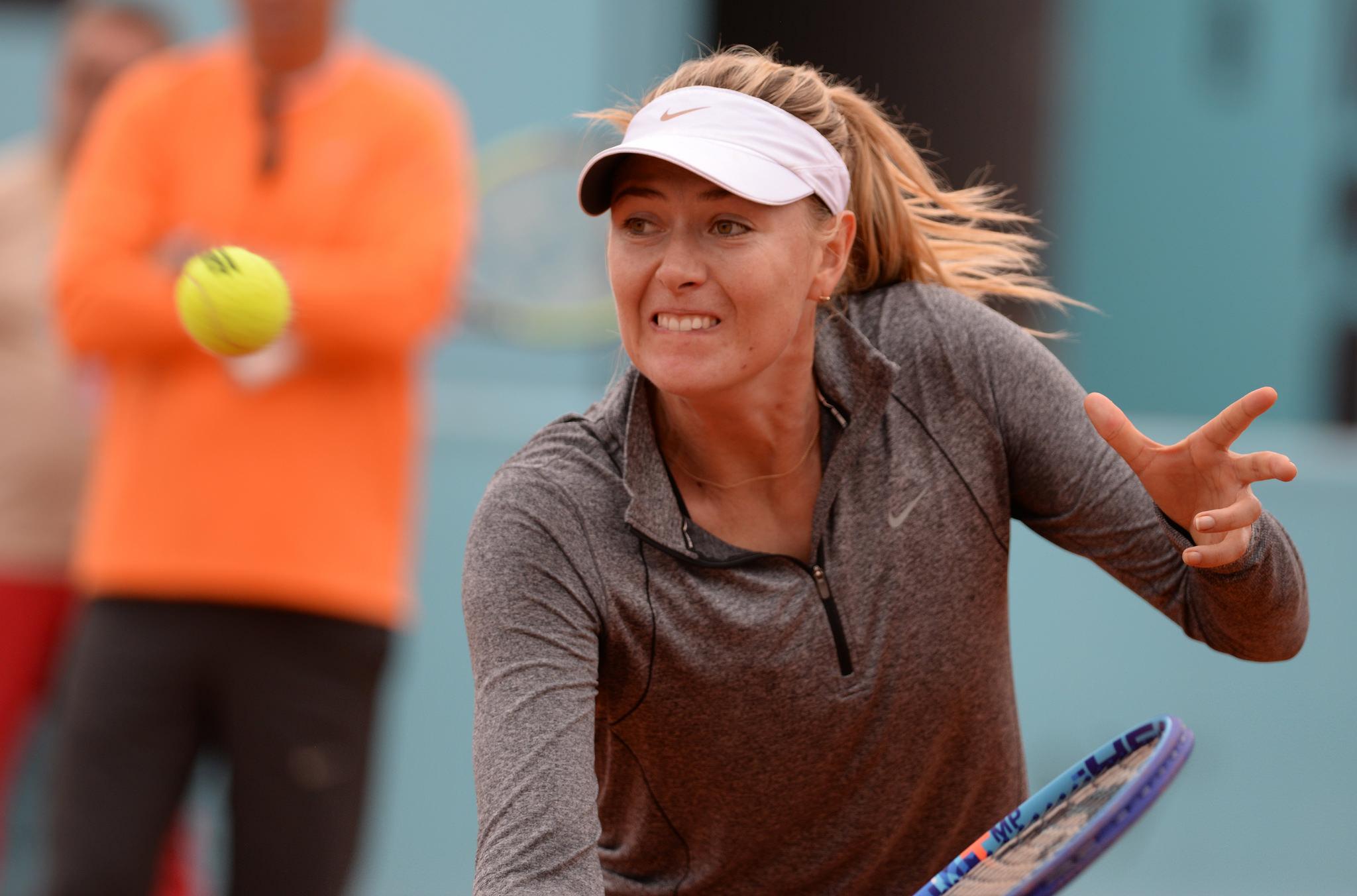 マリア・シャラポワがテニスをしている